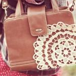 Rinnova la tua borsa con dettagli in pizzo fai-da-te