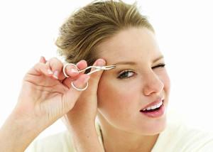 sopracciglia ciglia occhi trucco depilazione come usare la pinzetta matita occhi errori forme