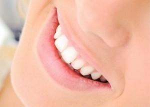 denti bianchi sbiancare aloni gialli nicotina rimedi naturali cure fai-da-te