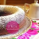 Ciambellone bicolore morbido per la colazione, la merenda o l'ora del tè