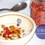 Yogurt ricco con bacche di Goji, noci e scaglie di cioccolato fondente